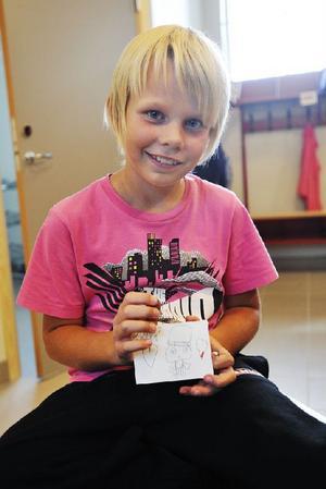 Viktor Eriksson, nio år, med sin namnskylt som alla elever fick göra.