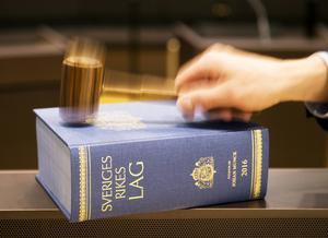 Moderaterna vill bland annat skärpa straffen för attacker mot blåljuspersonal.