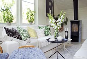 Hemma hos Josefine är det hemtrevligt och ombonat. Vem skulle inte vilja krypa upp i soffan och mysa framför kaminen?