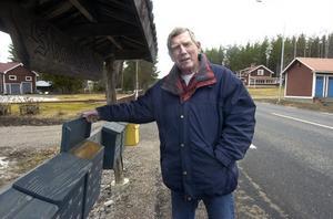 Roland Mähl i Skräddrabo har ett par år ringt till Borab och fått kalendrar som han delat ut till boende efter riksväg 50.
