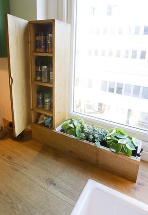 Kryddbänk. Anton har gjort denna kryddhylla med tillhörande bänk som på sommaren innehåller färska kryddor.