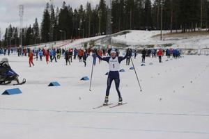 En trött med glad Frida Karlsson, Ångermanland, vann både lördagens prolog och jaktstart.