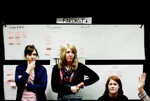 Josefine Othberg, Ida Funseth och Emelie Åkergren framför listan med det som måste fixas innan premiären. Foto: Henrik Flygare