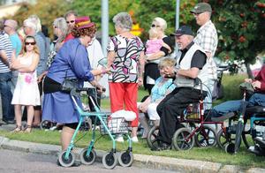 De här damerna i karnevalståget hade uppenbara problem med sjukvårdens krångliga telefonsvarare. Ska man knappa in en trea om man har öronvärk?