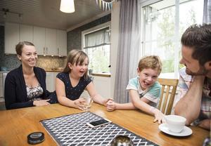 Juno med mamma Emma, bonusbrorsan Theo och extrapappan Henrik Blanck.