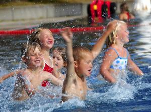 Många föräldrar vill att barnen ska kunna simma innan skolstarten. Foto:Kjell Jansson