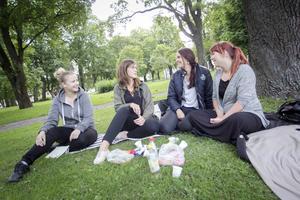 Varken Amanda Öberg, Anna-Karin Martinsson, Louice Slaviero eller Joann Ling vill egentligen få i sig hormoner, men är ändå bundna till dem på ett eller annat sätt.