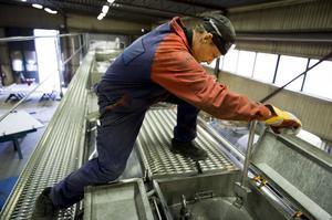 Tankar med farligt gods ska hålla tätt. Här förbereder Patric Hörberg på Sundsvalls Tank & industriteknik en provtryckning av den 20 meter långa tanken.