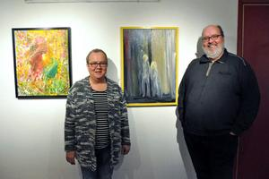 Gunilla Rohlin och Mats Sjöbom tillsammans med tavlorna