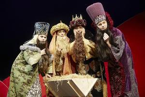 Anna Brixter, Gisela Nilsson, Marie-Théresè Sarrezin och Martin Eliasson på väg att leverera gåvor i årets extra färg- och kostymglada julfrossa.
