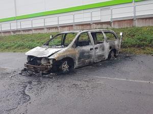 Bil började brinna utanför Mekonomen i Birsta.