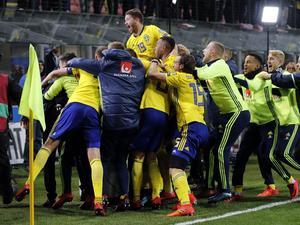 Sverige firar avancemanget till VM efter att ha spelat 0–0 mot Italien på San Siro.