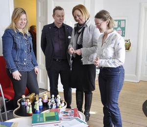 Jämställdhetsminister Maria Arnholm (FP) besökte under onsdagsförmiddagen Centrum mot våld i nära relationer. Till vänster socionomen Anne Björch, Per Löfstrand (FP), Maria Arnholm och Jenny Einebrant, projektledare.