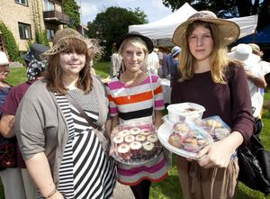 Emma Olsson, Mia Ohlsson och Linnea Elfström hade ägnat en kväll åt att baka muffins. Mia Ohlsson bidrog med valnötprydda muffins med morot och ingefära: