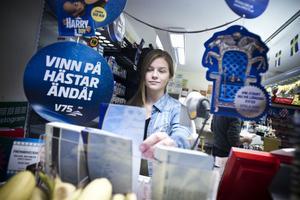 Josefine Norén jobbar i Maud och Margots kiosk i centrala Ljusdal. Kiosken har de senaste månaderna förlorat kunder på att det inte längre går att hämta ut biljetter i ATG-terminalen.