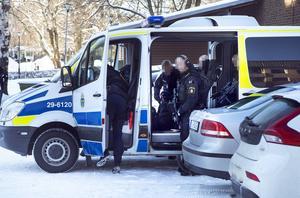 Polisens insatsstyrka åkte till Ljusne under tisdagen för att hämta in fler misstänkta. Bilden är maskad efter önskemål från polisen.