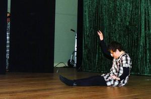 Bardas Frida Edlund spelar en synskadad kvinna som inte får vara med i dansgruppen. Att hon visst kan dansa visar hon i ett solodansnummer.