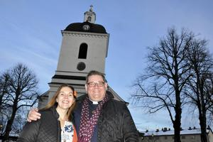 Anna Dellerhagen utanför Säters kyrka tillsammans med Mattias Rådbo, vikarierande kyrkoherde i Säterbygdens församling.