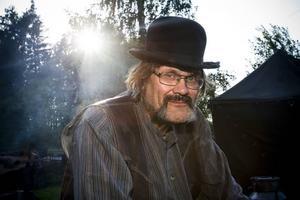 STÅR FÖR MATEN. Lennart Karlsson har lagat kvällens måltid. Här får han en chans att ta igen sig.
