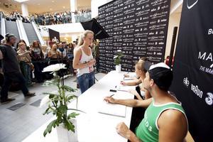 16-åriga Fanny Karlsson från Sandviken provade i går lyckan. – Det kändes bra men nervöst eftersom jag bara är 170 centimeter lång, sa hon efter mötet med juryn. Enligt reglerna måste de tävlande tjejerna vara minst 172 centimeter långa och vara 14-22 år gamla.