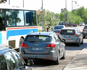 Kan vara värre. Bussar stoppar upp trafiken på Vargbogatan. Här är det bara bilkö mot Stockholmsvägen.