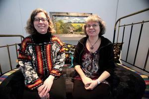 Birgitta Westlund och Madeleine Carlier är aktiva i Handarbetets Vänner som kom med idén om den textila utställningen.