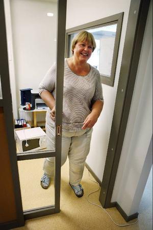 """Telefonkuren, det lilla inglasade kontoret, uppskattas av personalen, berättar Elisabeth Grundahl som är specialpedagog. """"Nu kan vi gå ifrån och ta telefonsamtal men ändå ha uppsyn över barnen."""""""