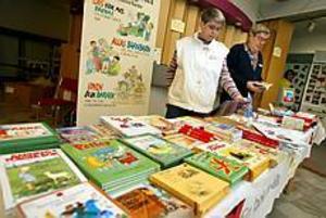 Foto: LASSE WIGERT Utställare.  Vuxenskolans Marléne Fröjdh och Carl-Olof Karlström riktar sig sedan ett år tillbaka mot förskolor med En bok för alla.