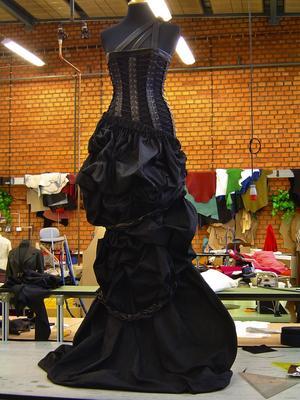 Korsettkreation. Den här klänningen i textil och skinn är en av de exklusiva kreationer Evelina Nykvist sytt under skoltiden som ett tydligt tecken på hennes breda kunnande.