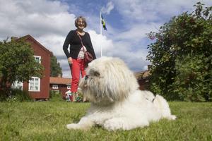 Hunden Lasse följer Forsadagen på avstånd tillsammans med matte Yvonne Lindberg.