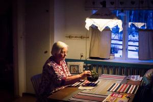 Karin Forskil, 80 år den 17 januari. Ett av hennes intressen är handarbete, numera framförallt stickning.