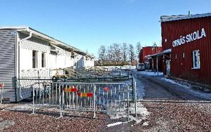 Modulerna med klassrum för för barnen i Torsång är på plats. De står på parkeringen vid Ornäs skola.