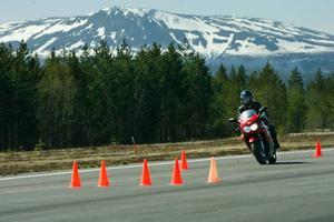 Välputsade custommotorcyklar åkte runt med samma energi och glöd som neonfärgade sporthojar, de japanska motorernas surr blandades med en Harley-Davidsons karaktäristiska dunkande.