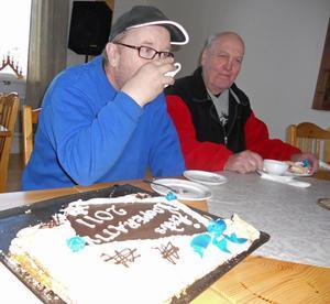 Per Östmo och Tore Nygårds slet sig från de spännande TV-sändningarna och firade Årets kooperativ med kaffe och tårta.