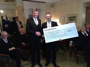 Undermästare i Brödralogen 159 Jamtaland inom Odd fellow Ulf Jonsson lämnar över checken på 10 000 kronor till RS Storsjöns stationsansvarig Peter Allansson.
