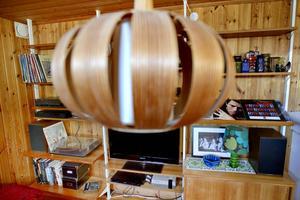 Lampan är okänd formgivare, men hyllsystemet i bakgrund är en Pira-hylla av Olof Pira.