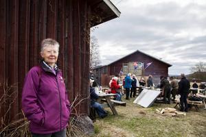– Det var skogsarbetarna som började med kolbullarna när de var ute i skogen. Min morbror var skogsarbetare och han gjorde väldigt goda kolbullar, berättar Monica Helin.