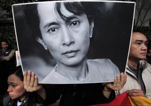 Tre år efter munkdemonstrationerna 2007 genomfördes i går ett riggat val i militärdiktaturens Burma. Oppositionsledaren Aung san Suu Kyi sitter fortfarande fängslad. Hennes parti uppmanade till bojkott av gårdagens val.    Foto: AP/Scanpix