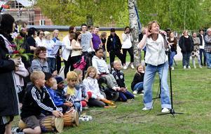 Vårskriket. - Får jag ett v, får jag ett å... Maria Norberg bokstaverade sig igenom ordet vårskrik och fick publiken med sig i ett gemensamt rop.
