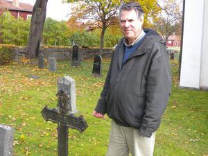 Antikvarien Mats Persson har inventerat och dokumenterat Leksands kyrkogård. Nu har han börjat med kyrkogården i Djura, där den äldsta graven är från början av 1700-talet.