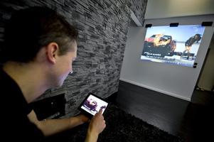 Tv-apparater och stora tv-skärmar är stora energislukare. Niklas har en projektor som visar tv-bilden på väggen och i projektorn finns en supersnål ledbelysning. Själva tv:n går via en dator.