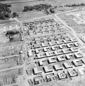 Vlt:s fotograf Per-Ola Holm tog ibland flygbilder över vår stad, här syns hur kedjehusen på Vallby byggs 1968.