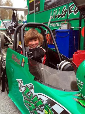 Wilma Södergren, 7, har stått för en lyckad tävlingsdebut i JR Dragster.
