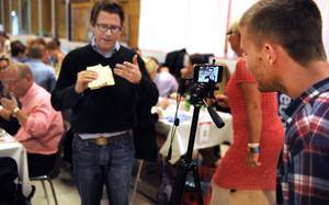 USA-besök. John Stoll från The Wall Street Journal gör ett videoinslag när han äter The Swedish surströmming.