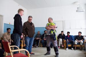 Joakim Spetz och Göran Olsson från Migrationsverket pratade, tillsammans med Alf Kanon, med de boende om matsituationen på Moheds camping.