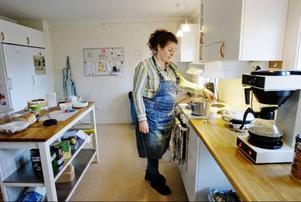 Lillan Bergvall har själv ingen missbrukarbakgrund men är engagerad i A-lagets allservice. Tidigare har hon arbetat på Solliden och det är hennes första jobbdag i värmestugan.