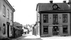 Här låg det äldsta apoteket. Apoteket Hjorten, som firar 350 år, låg här till 1795. Då flyttade Hjorten och Västerås fick sitt andra apotek i samma hus, apoteket Bävern. De två apoteken slogs ihop 1981.