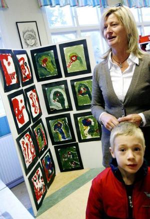Alla elever, från förskolan till årskurs tre och med assistans av sexorna, har hjälpts åt att återskapa den lindströmska målarkonsten.