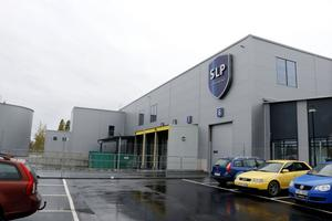 Den nybyggda delen av SLP:s lager i Kumla vetter ut mot Viagatan. Bygget inleddes i maj 2016 och invigdes i september i år. Företaget hyr lokalerna av Kumlas kommunala fastighetsbolag.