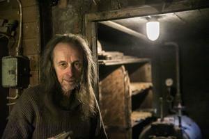 I pannrummet eldas det för fullt denna råkalla decemberdag hos Rune Frid.